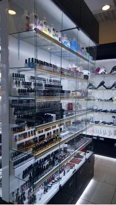 Торговельне обладнання для магазинів професійної косметики і інструментів для салонів краси
